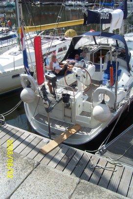 Zomer 2006: Honfleur. De nieuwe windvaanstuurinrichting van Hydrovane met de rode vaan is goed te zien