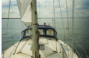September 1996: eerste aarzelend rondje Hollands Diep. Aan het roer oudste zoon Rommert, toen 9 jaar.