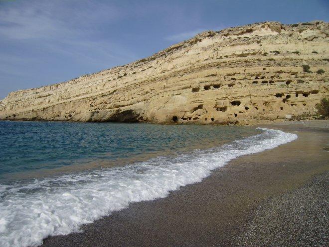 De fameuze grotten van Matala, waar in de jaren zestig de hippies in sliepen