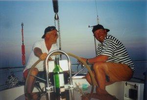 Zomer 1999: schippers Tom en Erik op een mooie zomeravond in de kuip van Frihet. Marup, eiland Samso in Denemarken