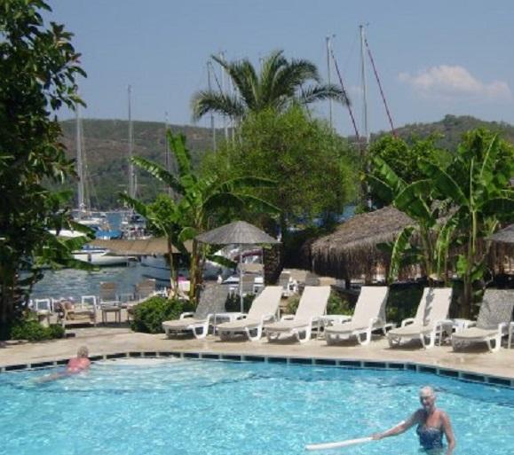 Het zwembad van Yacht Classic Hotel. Op de achtergrond de steiger met de jachten