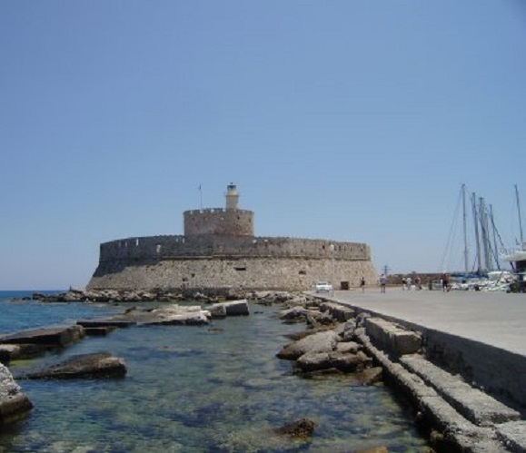 Rhodos. de beroemde vuurtoren van St. Nikolaos met links zeiljachten in de Mandraki haven