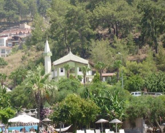 Fethiye. De moderne moskee tegenover het hotel. Onder zie je nog net de parasols van het hotelzwembad