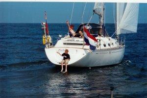Zomer 2000: Tych� ergens voor Scheveningen. Op het zwemplatform zoon Bas (toen 10)