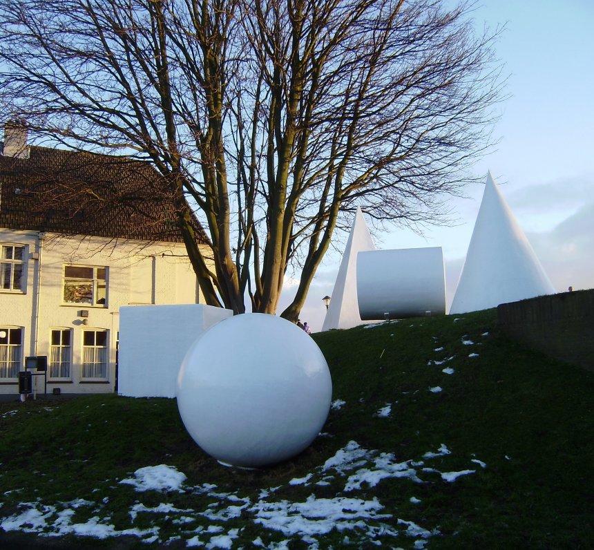 Ons uitzicht uit het raam op het oosten. Het kunstwerk `Geometrie in het landschap` van de Poolse kunstenaar Ryszard Winiarski aan de andere kant van de sluis