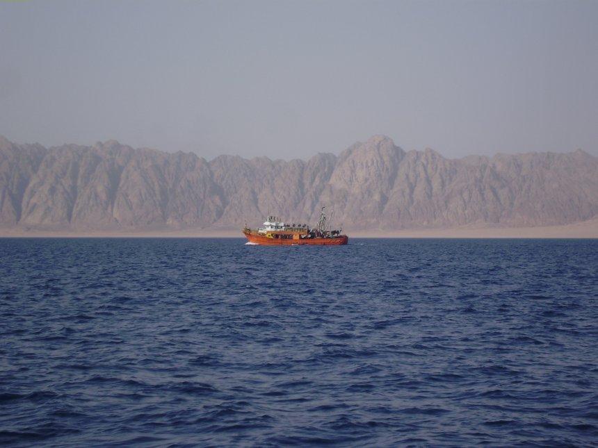 Golf van Suez. Een vissersboot met erachter het gebergte van het Sina�-schiereiland