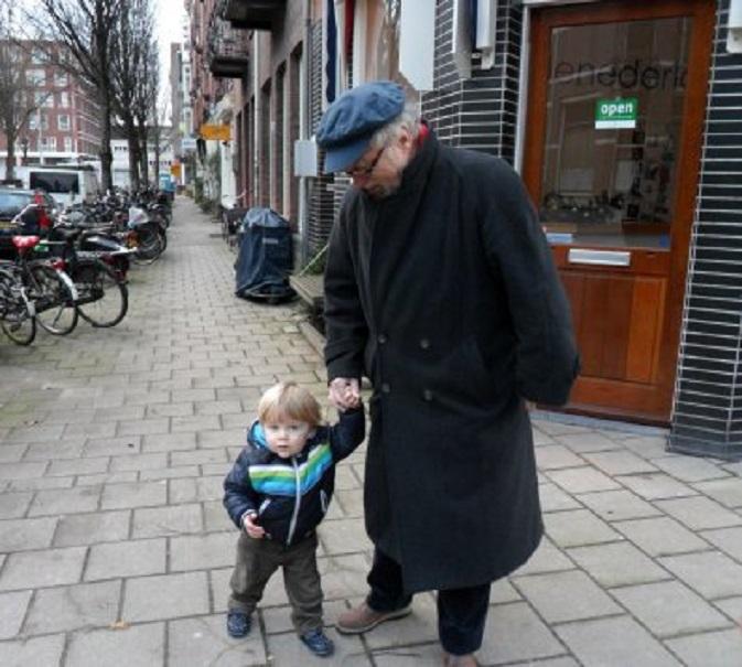 Met kleinzoon Thijs aan de wandel in Amsterdam