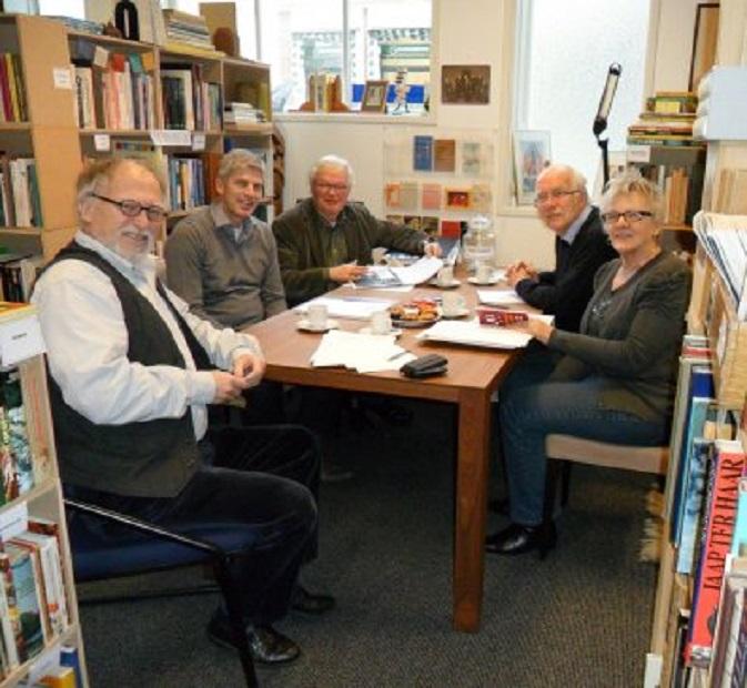 De eerste vergadering van het bestuur van de Stichting Poëzieroute Gorinchem in Antiquariaat Gorinchem. Vrnl. Liesbet Klop, Rijk van Kooij (secretaris), Bert van't Land, Paul van Rooijen (penningmeester) en ikzelf (voorzitter)