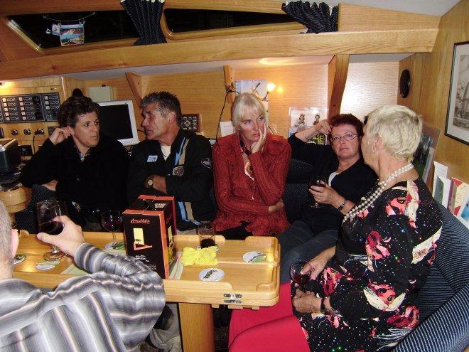 Nazit jaarwisseling aan boord van J&B: vlnr. Marina, Jaap, Ans, Jos en Diana. Linksonder Wiebe