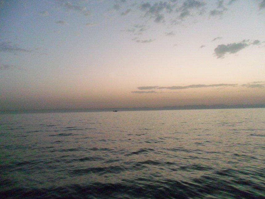 Een vreemde, vale dageraad boven de Sinaï. Later zal de hemel helemaal dichttrekken