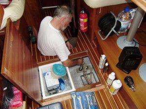 Slotfase van de vloerversteviging: het aandraaien van de moeren