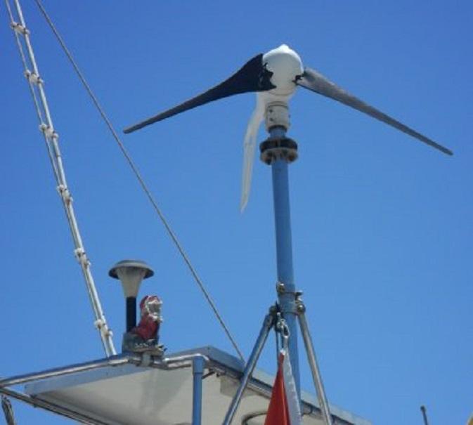 Op de oversteek uit Egypte verloor ons windmolentje een van zijn wieken. Linksonder de bakboord-tuinkabouterzonnelamp uit Malta