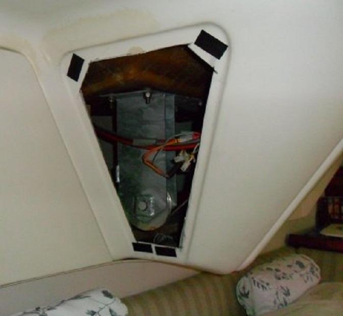Het paneel aan Ans'kant van het echtelijk bed. Je kijkt op een van de transportwielen van de stuurinstallatie