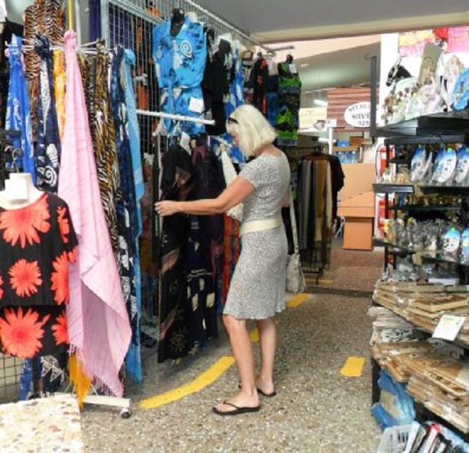 Klassiek beeld. Een vrouw zoekt een jurkje in de toeristenmarkt van Paphos