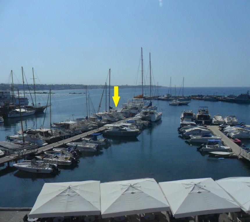 Haventje van Paphos. Bij de gele pijl ligt  'Dulce', het zonnezeil over de giek