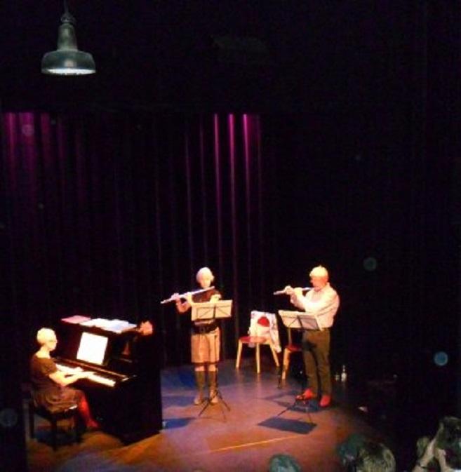 Optreden van Wil Funk (rechts) in een trio van 2 fluiten en piano in theater 't Pand
