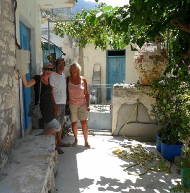 Ans met Chris & Pauline voor hun huis in Kavousi