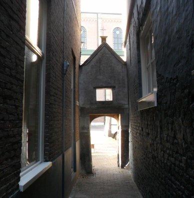 Gorcum. Het poortje van de Gasthuissteeg aan de kant van de Grote Kerk