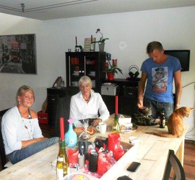 Vlnr. schoondochter Nicky, Ans en haar zoon Derrick en één van hun drie poezen