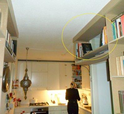 In de gele cirkel het nieuwe kastje voor de kookboeken. Direct bij de keuken, zie je wel? Let op het tegenoverliggend kastje, boven de deur van mijn studeerkamer. Een fraai spiegelbeeld.