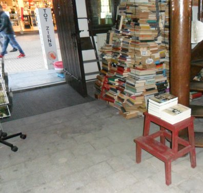 Delen 1 en 2 van mijn boek op een apart krukje bij de ingang van Boekhandel De Mandarijn. Daarachter de 'kerstboom' van 2e hands boeken.. Een dezer dagen wordt hij afgebroken en verkocht.