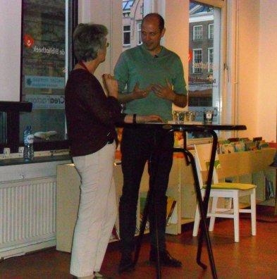 Joke Ravensbergen interviewt Jelle Brandt Corstius in de bibliotheek