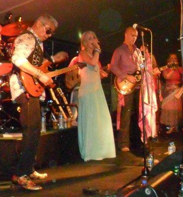 Ans' dochter Barbara in de gelegenheidsband Ficky Stingers op het Hippiefestival. Links op gitaar Walter de Lima