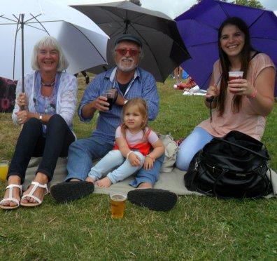 Op het Hippiefestival vandaag, in de regen met Ans, Tessa en Vajèn