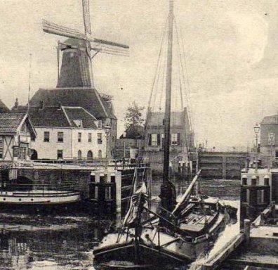 De sluiskolk van de Lingehaven met oliemolen De Eendracht en beide bierpakhuizen van ZHB. Circa 1900