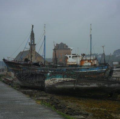 Alle kenmerkende lokaties van Camaret bij elkaar: vlnr de kapel der zeelieden, de Tour Vauban en daarvoor de scheepswrakken