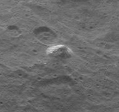 Uitvergroting van de foto van de eenzame, pyramidevormige berg die ruimtesonde Dawn op 6 juni jl. van dwergplaneet Ceres maakte.