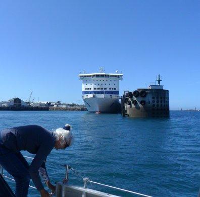 Invaart Roscoff. De ferry is gereed om uit te varen, maar wacht even tot we voorbij zijn. Ans hangt net de stootwillen op.