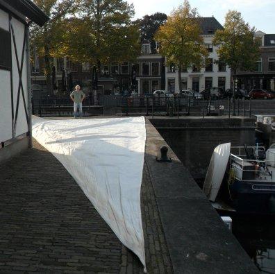 De genua ligt klaar voor het opvouwen, op de 3e Waterkering Oost. Op de achtergrond staat Wiger.