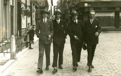 Vier heren wandelen ongedwongen over het Eind (jaren 40?) Dat kon toen nog.