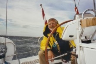 Zomer 2003. Henk in zijn element. Bij windkracht 8 - 9 stuurt hij onze Dulce de Firth of Forth uit.
