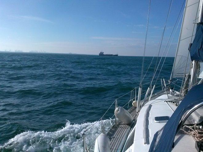 De Maasmond. Achter de Turkse tanker Besiktas Chaperonne steken we de Maasgeul over.