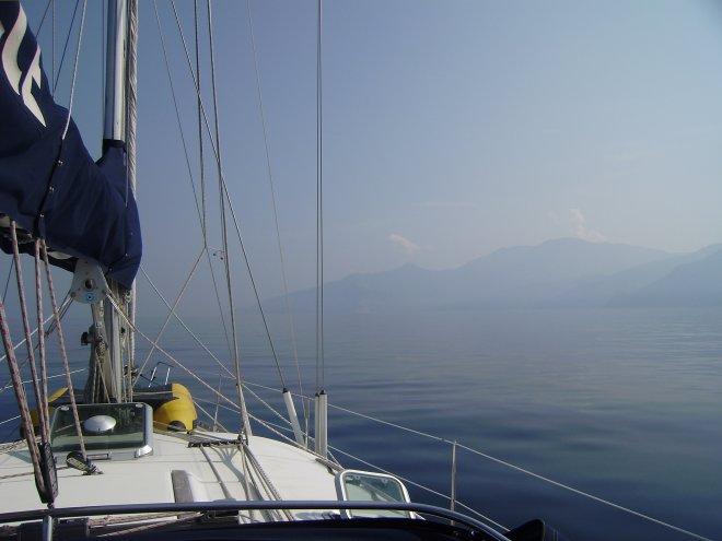 Langs Cap Corse naar het noorden. Alles is volledig blak en wazig