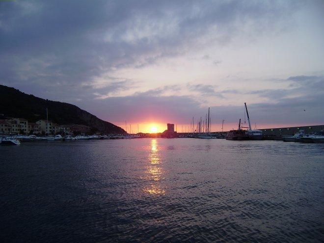 Zonsondergang in Marciana Marina. Nog niets aan de hand