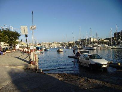 De slipway halverwege Msida Creek, verderop is de marina