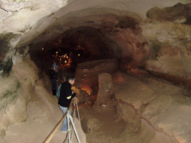 Het voorste gedeelte van de Ghar Dalam grot. Bij het hek van voor naar achteren Jaap, Diana en Ans  (als je goed kijkt)