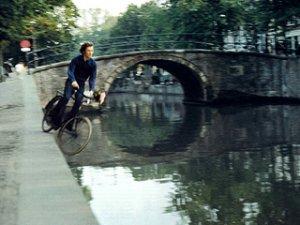 Bas Jan Ader in een  filmpje over vallen