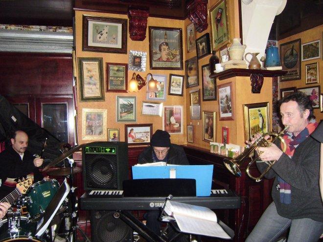 Jazzcombo in Café Jubilee, Gzira. In het midden achter de piano Lino Cauchi